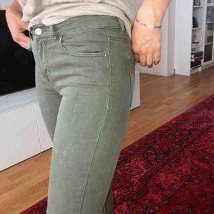 Ett par kaki gröna byxor från Pull and bear med slitningar på benen och vid anklarna. 25/32 i storlek. Väldigt sköna och knappt använda. Köparen står för frakt. Möts även upp i Sthlm!