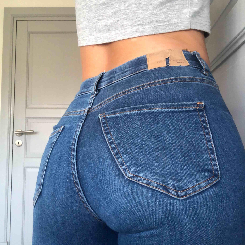 Blå jeans från Gina Tricot. Byxorna har en spricka i lappen (se bild 3) men inget jag personligen tycker stör, annars i bra skick🤗 Säljes pga har ingen användning för dom längre✨ Kan frakta mot kostnadeller mötas upp i Lund.. Jeans & Byxor.