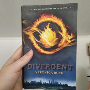 Divergent av Veronica Roth (OBS: BOKEN ÄR PÅ SVENSKA) i perfekt skick! Som ny:) Jag säljer även filmen i form av en Blu-Ray disc!