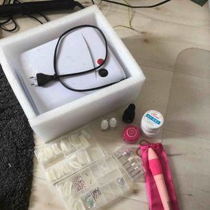 uv lampa helt fungerande ,rosa builder gel, en helt oandvänd vit och en genomskinlig.Elektrisk nagelfil med 5 olika stycken, nagelstenar,vit/genomskinliga tippar, 2 nagellim&Base/top gel