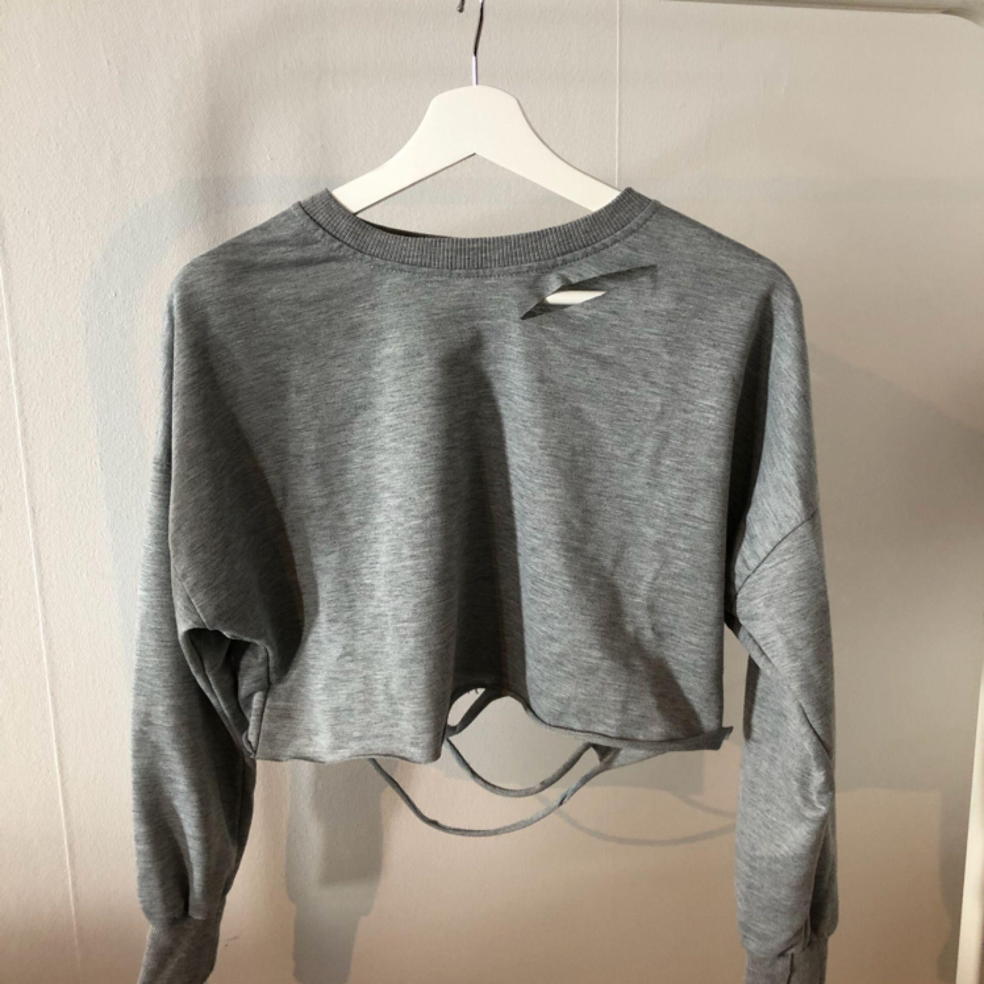 """Kort croptop tröja med """"slitna"""" detaljer. . Toppar."""