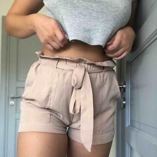 DM retro shorts i jättefint skick om man bortser från en knappt synligt fläck (bild 3). Kan fraktas mot kostnad eller mötas upp i Lund🌸