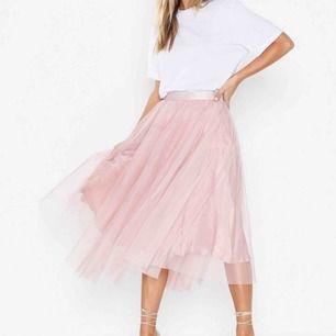 Jättefin kjol från Ida Sjöstedt i färgen peach (alltså inte lika rosa som huvudbilden). Storlek 40. Nypris 1500:-