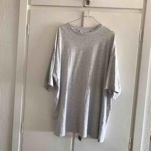 Säljer min gråa t-shirt klänning från Weekday i storlek S. Kan mötas i Malmö eller köpare står för frakt 🌷