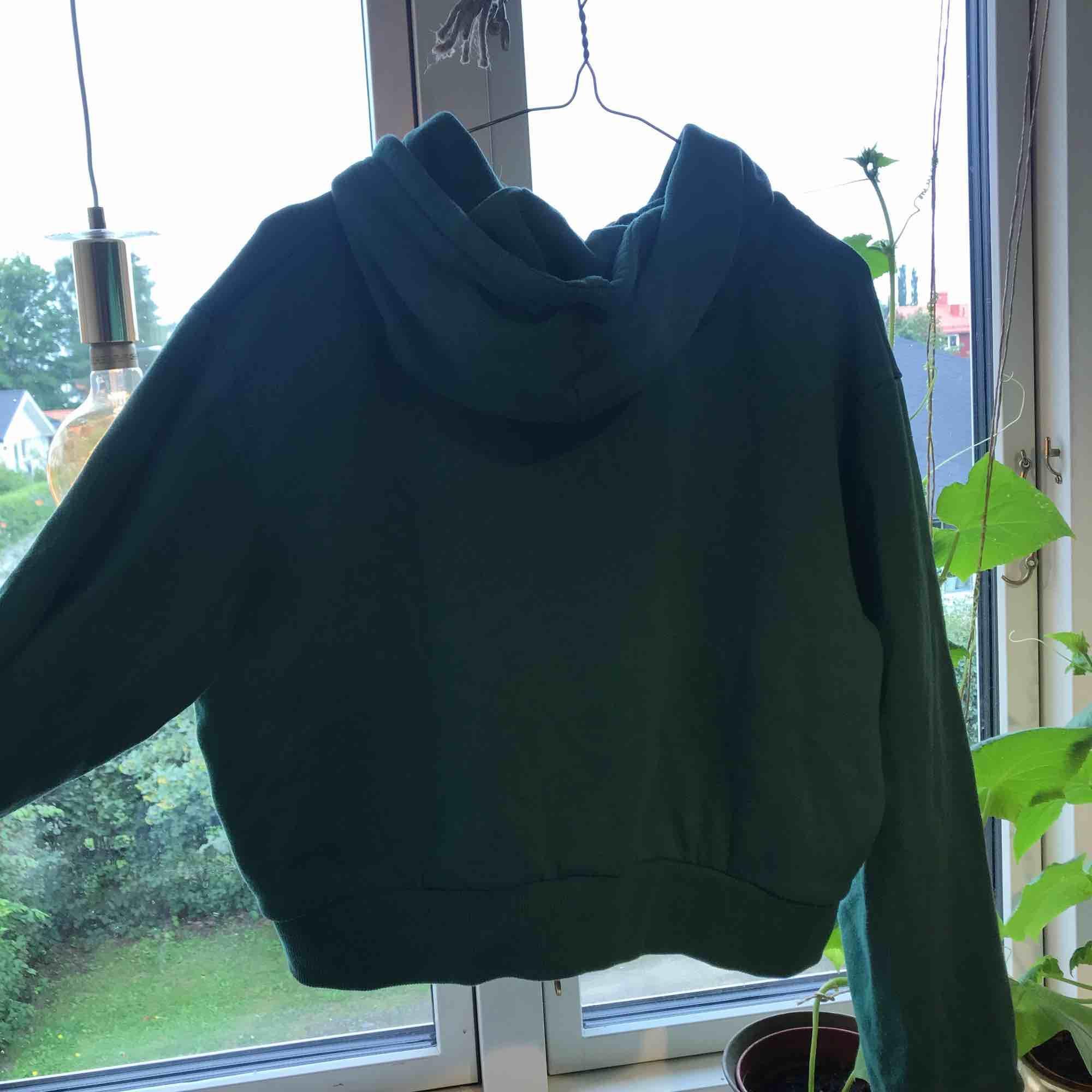 En grön kroppad hoddie. Jätte fint skick . Huvtröjor & Träningströjor.