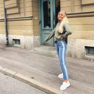 Säljer dessa jeans från NA-KD med en ljusare rand på ena sidan. Jag har klippt av de lite då de var för långa. Jag är 165 cm och ni ser på andra bilden hur de sitter på mig.