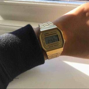En helt ny casio klocka i guld. Orginalkartong medföljer.