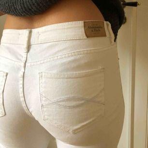 Slim fit vita jeans från Abercrombie & Fitch. Knappt använda. W:26 L:31