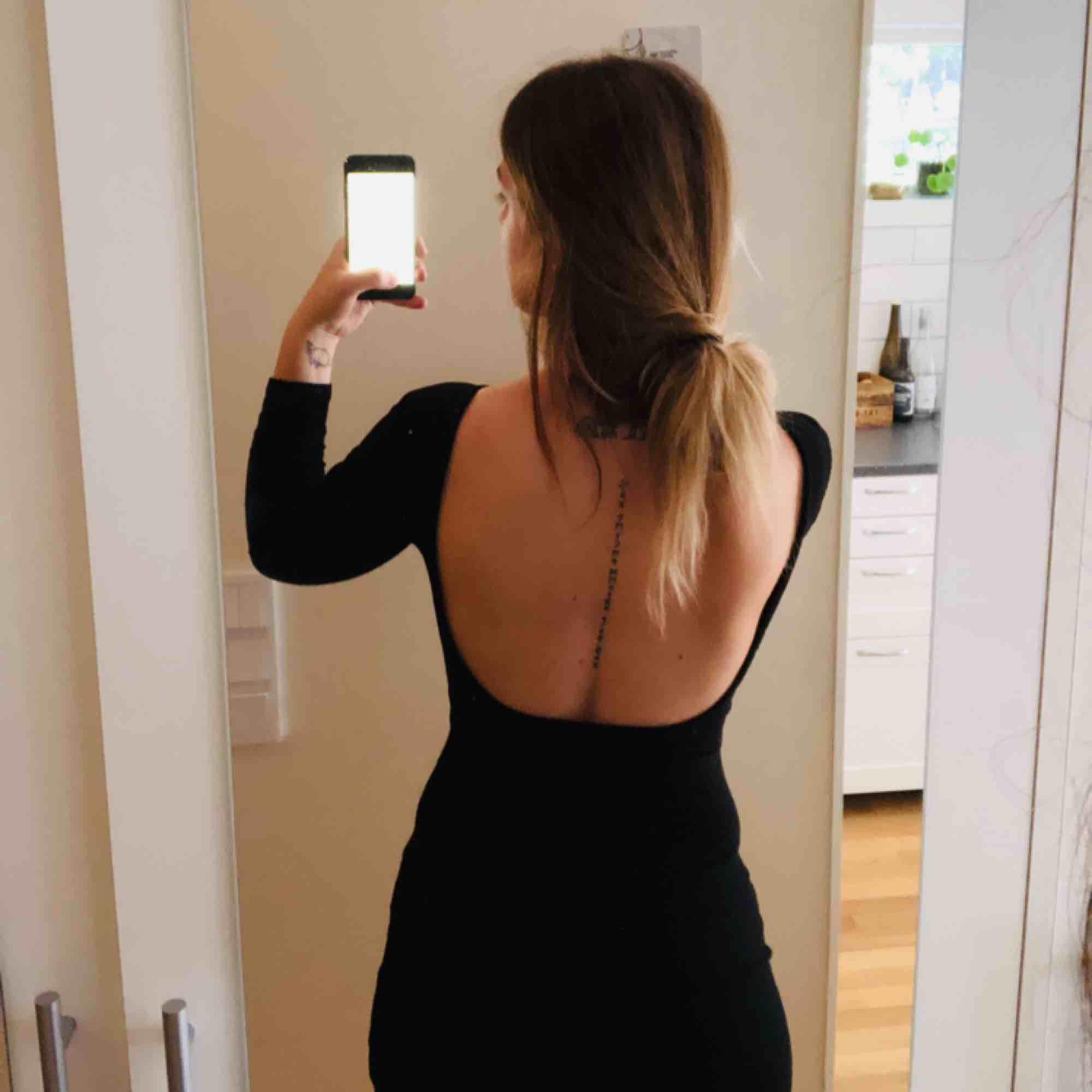 Figursydd klänning med öppen rygg. I mycket god skick använd en sommar. Köpare står för frakt om upphämtning ej är ett alternativ.. Klänningar.