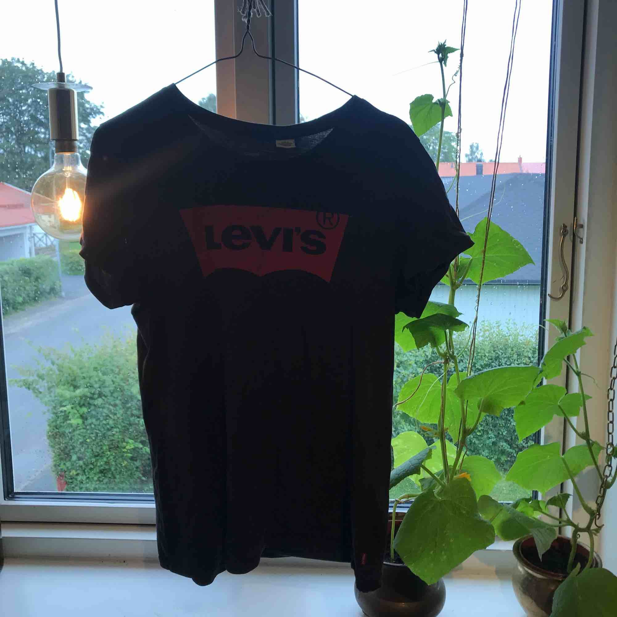 Jättefin svart Levis tröja, utom slitningar eller hål. T-shirts.