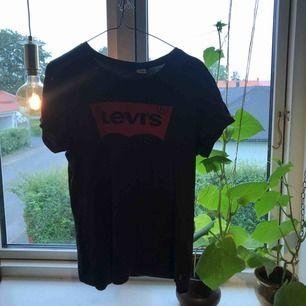 Jättefin svart Levis tröja, utom slitningar eller hål