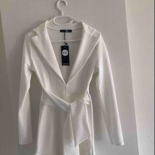 Figursydd klänning, endast provad och med lappen kvar. Säljes pga fel storlek. Den är i storlek S men skulle säga att det är mer en XS. Kan fraktas mot kostnad eller mötas upp i Lund🌸