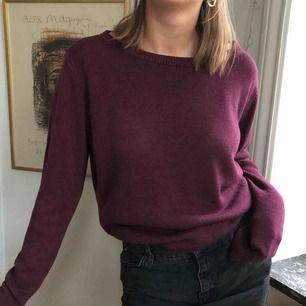 Vinröd stickad tröja från Brandy Melville. Stor urringning och lång i armarna. Supermysigt material.