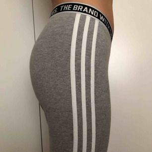Jättesköna gråa tights från Adidas Original! Man kan använda dom till träning men också till vardag. Har använt ett fåtal gånger, därav priset. DM för mer bilder! Tar endast swish och köparen står för frakten! ☺️
