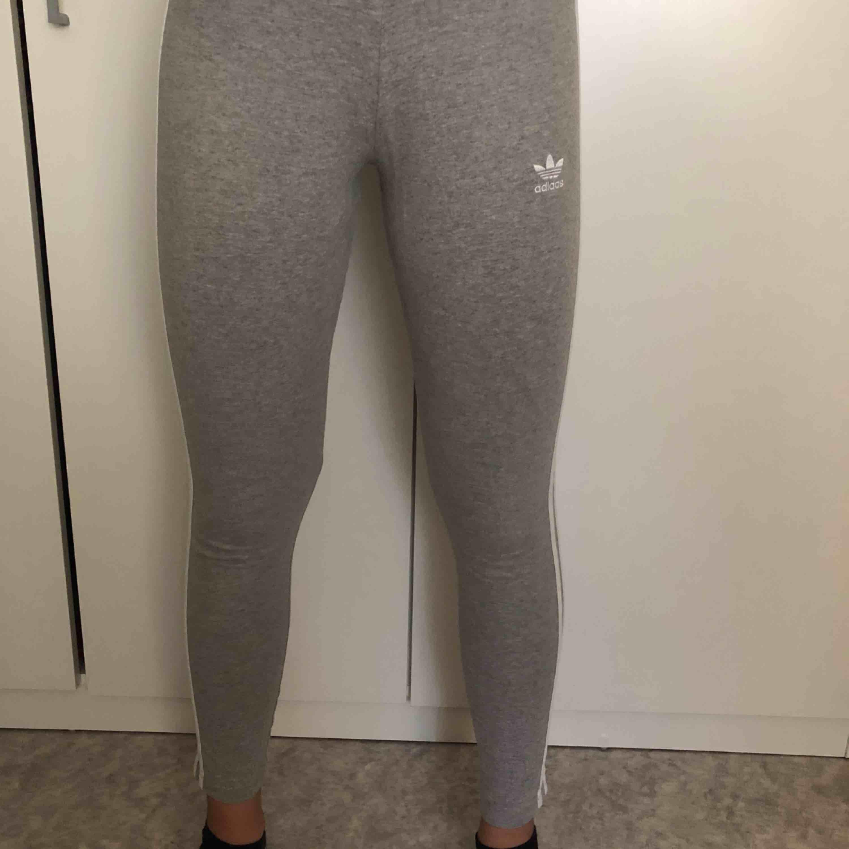 Jättesköna gråa tights från Adidas Original! Man kan använda dom till träning men också till vardag. Har använt ett fåtal gånger, därav priset. DM för mer bilder! Tar endast swish och köparen står för frakten! ☺️. Jeans & Byxor.