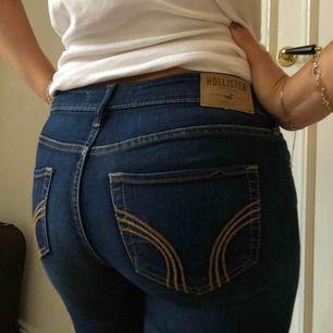 Slim fit jeans köpta på Hollister affären i New York. Lågmidjade. W:24 L:33