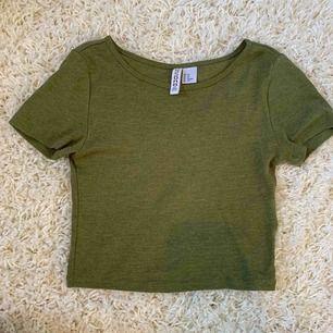 En militärgrön magtröja från H&M😄 Köparen står för frakt