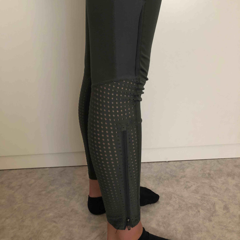 Snygga militär gröna tränings tights från Adidas. Väldigt skönt material och träna i. Vid smalbenen är det coola detaljer och dom har även fickor. DM för mer bilder! Nypris: 400kr. Storleken är S/M. Tar endast swish och köparen står för frakten! ☺️. Jeans & Byxor.