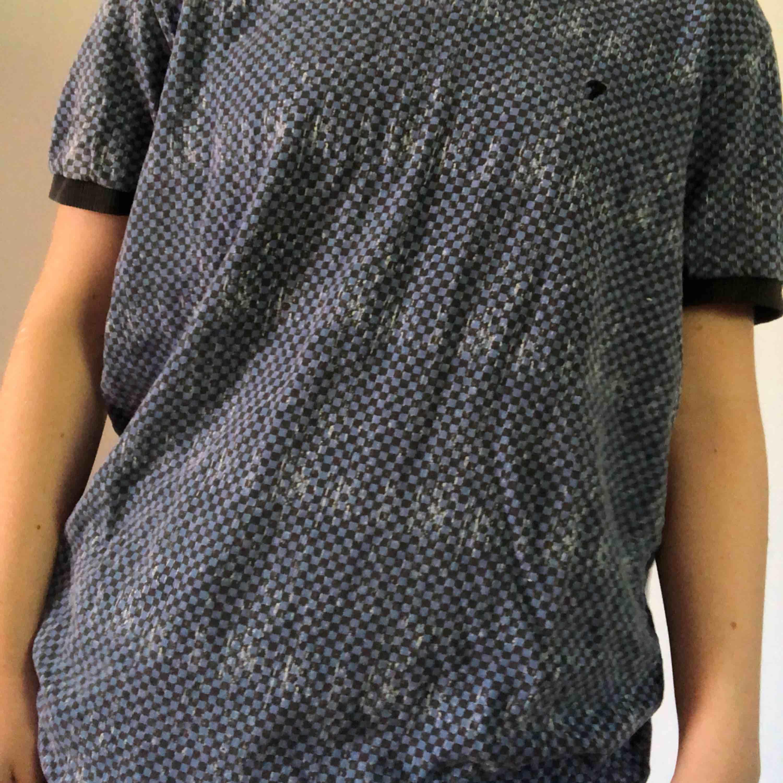 Två likadana t-shirts fast i olika färger. Små hål på vissa ställen. Pris kan diskuteras!💕. T-shirts.