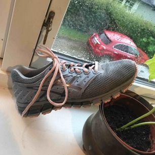 Jättefina gråa asics skor. Modellen heter Gel-QUANTUM180 vilket gör att de har en geleiga sula som ska vara mindre slitsam för fot och knä  säljer dom pga fel storlek Har använt dem ett par gånger men är i generellt bra skick.