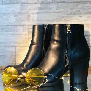 Supersnygga boots med 6,5cm klack. Litet märke vid dragkedja (bild 3) men som knappt syns. Hör av er vid intresse :)