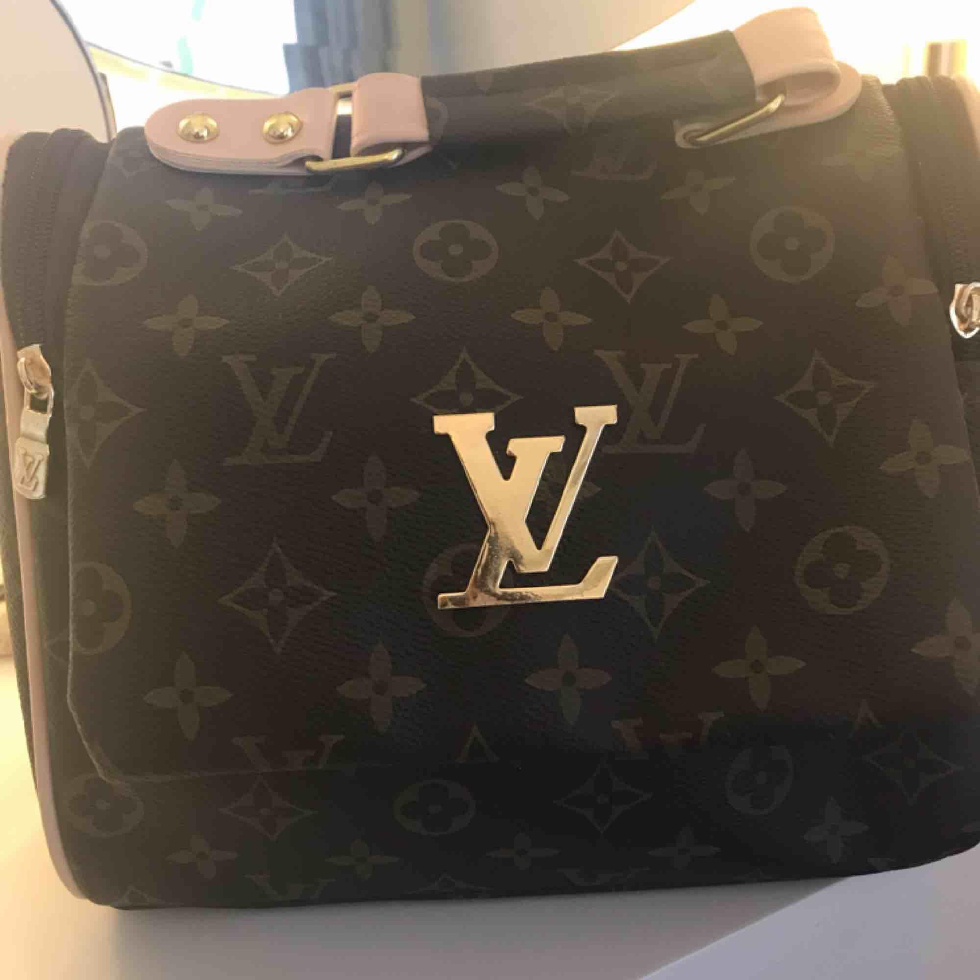 Säljer en fake Louis Vuitton,väska aldrig använd!skriv för fler bilder!möts upp i Umeå eller så kostar frakten 40kr!. Väskor.