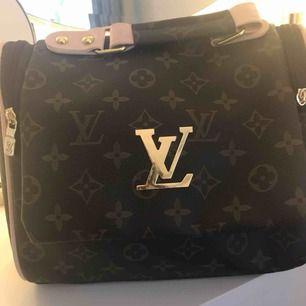 Säljer en fake Louis Vuitton,väska aldrig använd!skriv för fler bilder!möts upp i Umeå eller så kostar frakten 40kr!