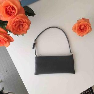 Supersöt mini väska i silvrig färg/material. Så snygg accessoar! Aldrig använd så i prima skick! 😍