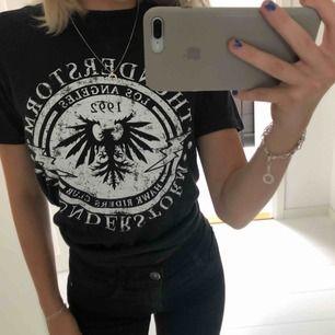 En jätte fin svart t-shirt från Gina Tricot med ett vitt tryck på framsidan i storlek XS använd två gånger💕