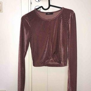 Säljer en jätte snygg rosa tröja från fb sisters (stav)!  Möts upp i Umeå eller kostar frakten 36kr! Pga aldrig använd