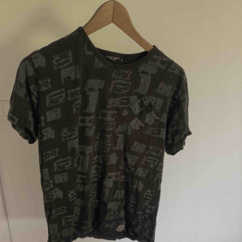 Svart och grå t-shirt i normalt begagnat skick. Om du köper en annan herrtröja kan du få den här på köpet.😊. T-shirts.