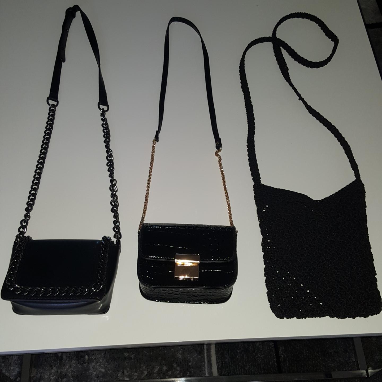 Små två väskor med guld och silver detaljer dessutom en halmväska. Väskor.