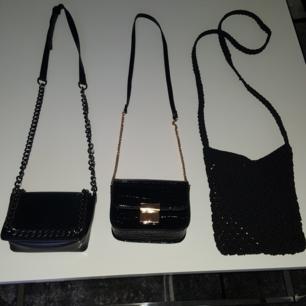 Små två väskor med guld och silver detaljer dessutom en halmväska