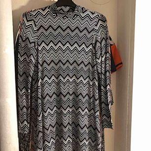 Två tunikor/korta klänningar från Gina Tricot. Använda ett fåtal gånger. Köp en för 20:- eller båda för 30:- Frakten står köparen för, ca 50:-.