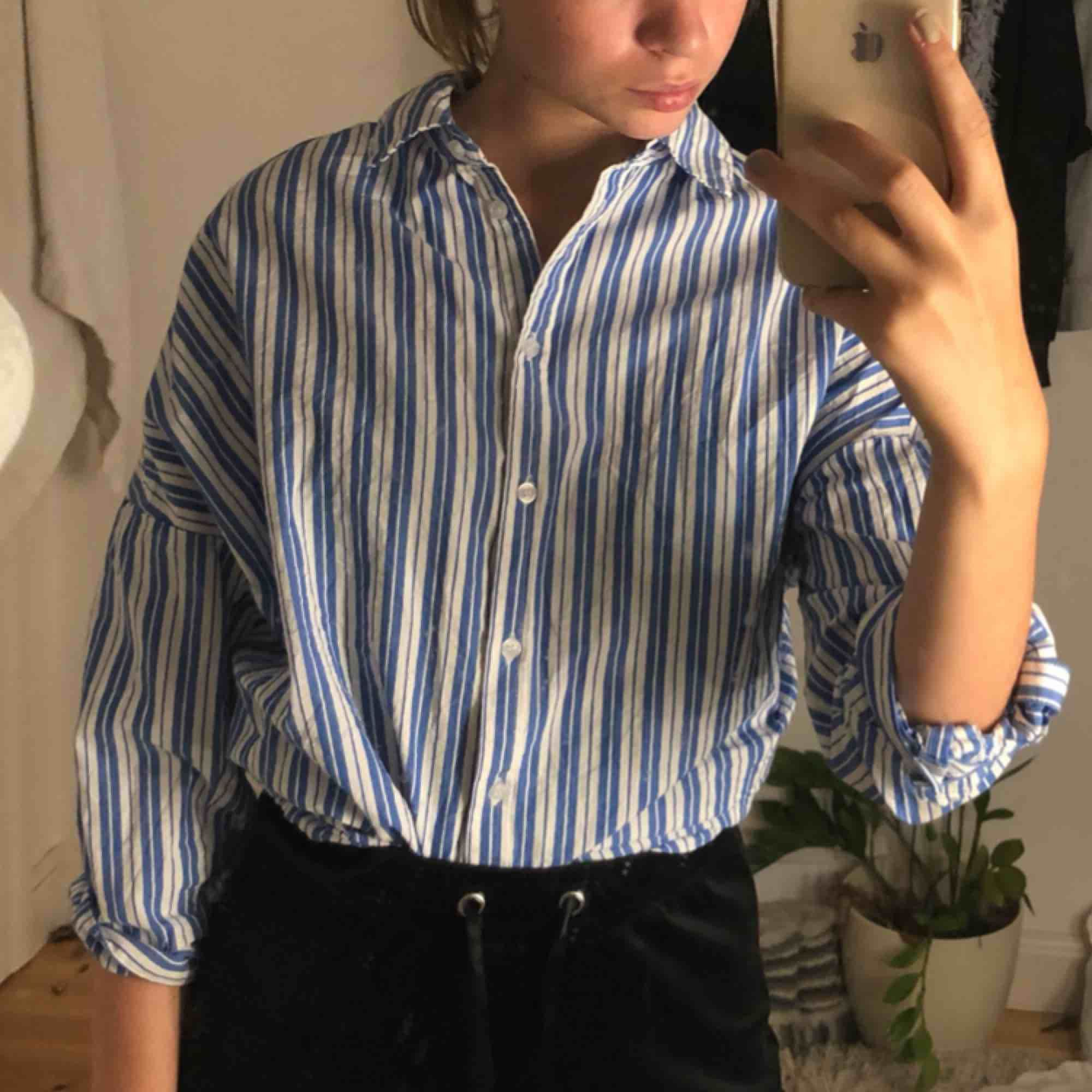 Snygg skjorta, bra skick!  Kan mötas i Härnösand annars står köparen för frakt  . Skjortor.