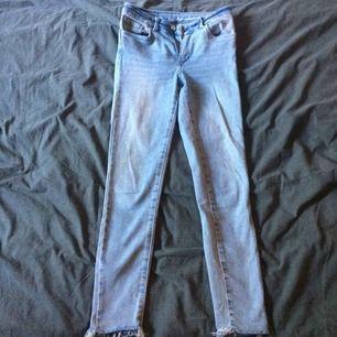Jeans med hög midja och kortare byxben, sparsamt använda och fint skick. Fraktkostnad tillkommer på 45kr.