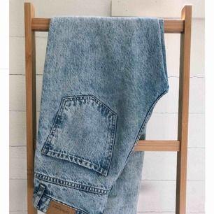 nya, knappt använda mom jeans från Gina! jättefina och i mycket bra skick. köparen står för frakt men kan mötas i stockholm eller norrköping🦋