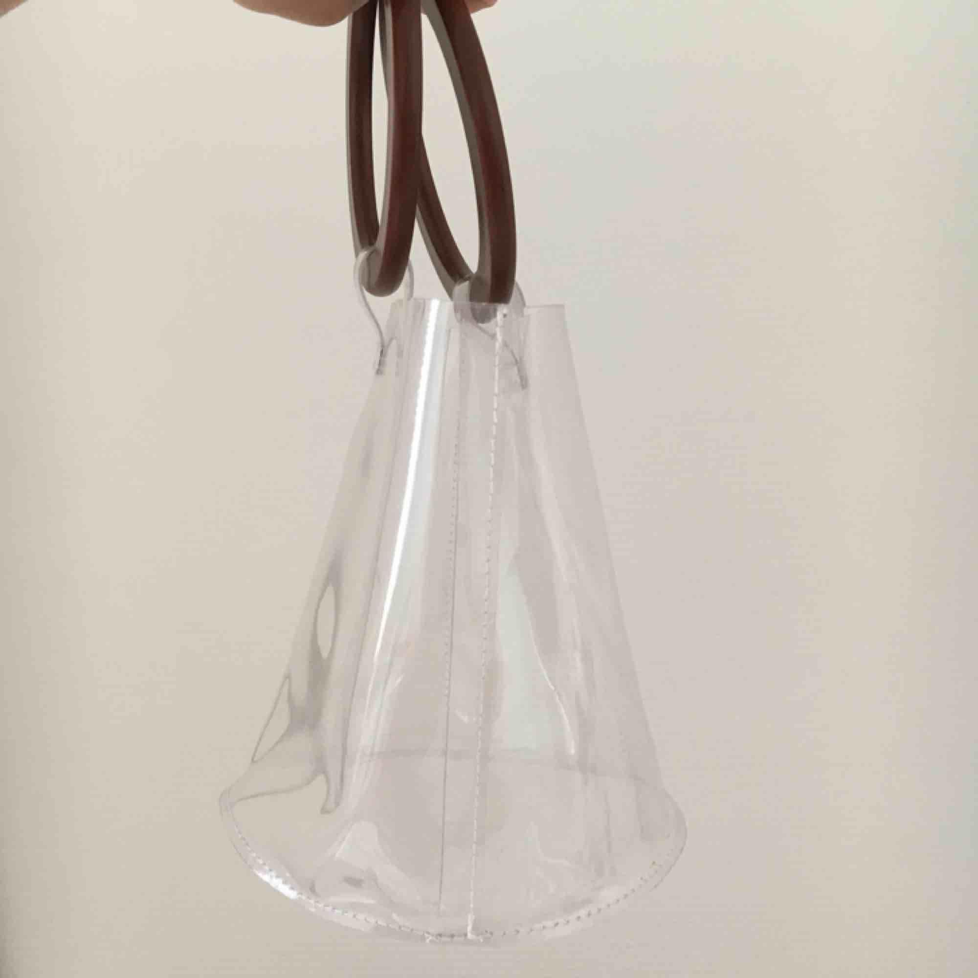 Handväska som är genomskinlig  hämtas i vällingby eller möts upp inom stockholm har ej swish så kan bara ta emot kontanter🌸. Väskor.