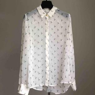 Blus, snyggt öppet med vitt linne under eller stängd med naturfärgad BH🦌🦌🦌🦌🦌🦌🦌👌😉