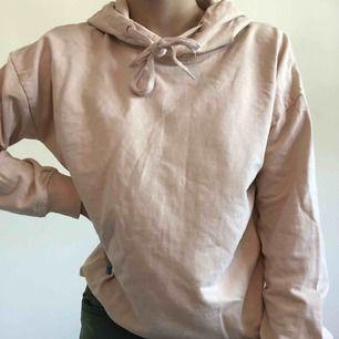 Ljusrosa/beige hoodie från Lager 157. Ganska stor i storleken så passar även S.