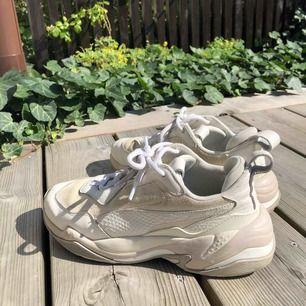 """Sneakers från Puma, modell """"puma thunder desert"""", i fint skick! Säljes pga använder de inte. Har haft de i ett år men har använt de väldigt sällan och har hållits välskötta, frakt tillkommer. Original pris cirka 1200kr"""