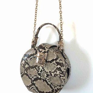 Handväska med långt axelband från Monki! Använd ett fåtal gånger. Inköpt för 499kr.