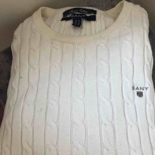 Kabelstickad tröja från gant. Lite smutsig på kragen men går säkert bort vid rengöring.