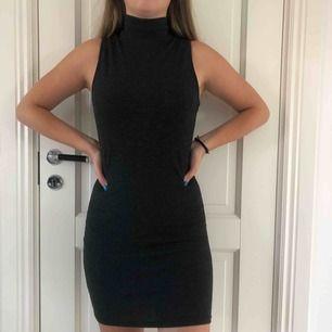Grå ribbad klänning från Gina Tricot. Använd ett fåtal gånger.