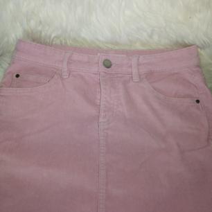 Rosa kjol i stretchigt Manchester material. Använd endast 1 gång! Nypris 299kr