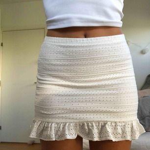 Såå fin vit kjol som tyvärr köptes i för liten storlek :( det är en M men skulle säga att den passar bättre på nån som har XS/S💓💓 köpare betalar frakt på 34kr