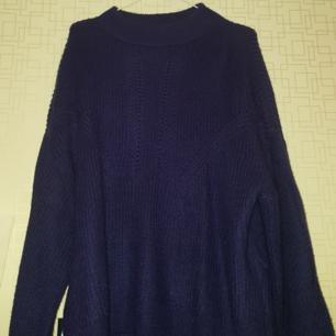 Stickat Marinblå tröja med stora armar