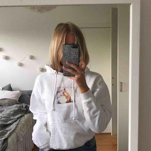 Riktigt cool vit hoodie 💚 köpare står för frakt på 60kr annars möts jag i Stockholm