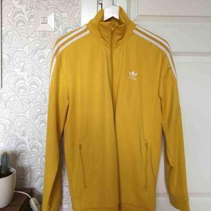 En as cool gul Adidas zipper tröja i storlek L (passar M bra med). Den är i utmärkt skick och ser i princip nyköpt ut. Fått lite användning på senare tid och väljer därför att sälja den,