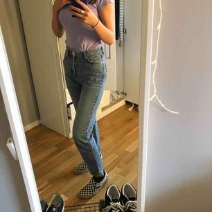 Mom jeans från Gina tricot💜 Säljer pågrund av att dom är lite förstora för mig tyvärr😕 Frakten kostar 72kr